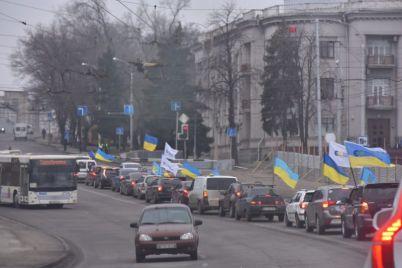 zaporozhskie-avtomobilisty-proehalis-s-flagami-gorodu-foto.jpg