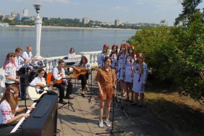 zaporozhskie-deti-snyalis-v-klipe-s-muzykantami-odin-v-kanoe-foto.jpg