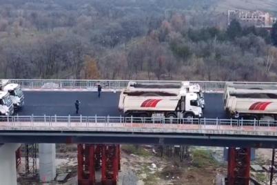 zaporozhskie-dorozhniki-pokazali-video-ispytanij-novogo-mosta.png
