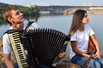 zaporozhskie-muzykanty-snyali-na-horticze-kaver-na-izvestnuyu-pesnyu-video.jpg