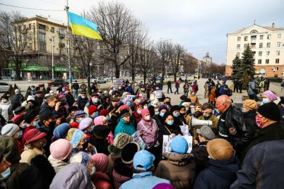 zaporozhskie-pensionery-vyshli-na-miting-i-trebuyut-vernut-im-lgotnyj-proezd-fotoreportazh.jpg