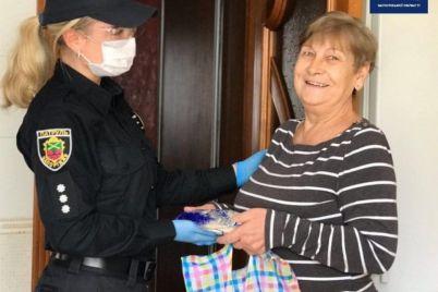 zaporozhskie-policzejskie-pomogli-pensioneram-s-produktami-i-lekarstvami-foto.jpg