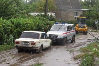 zaporozhskie-spasateli-vytaskivali-iz-gryazi-avtomobili-pilili-derevya-otkachivali-vodu.jpg