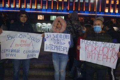 zaporozhskie-studenty-mediki-sobralis-na-masshtabnuyu-akcziyu-protesta-foto.jpg