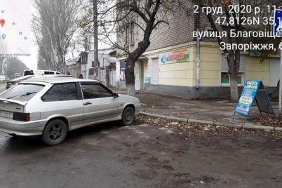 zaporozhskie-voditeli-parkuyutsya-pryamo-na-trotuarah-foto.jpg