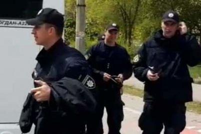 zaporozhskih-policzejskih-podozrevayut-v-narushenii-karantina-v-gunp-nachali-sluzhebnoe-rassledovanie-video.jpg