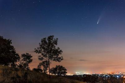 zaporozhskij-fotograf-sdelal-shikarnye-snimki-komety-nad-gorodom.jpg