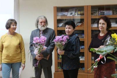 zaporozhskij-hudozhnik-risuet-kraskami-i-steklom.jpg