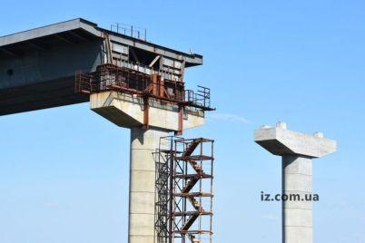 zaporozhskij-most-vandaly-razukomplektovali-kran-i-poduemniki-pilona.jpg