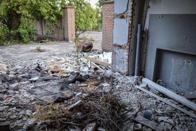 zaporozhskuyu-mnogoetazhku-okruzhayut-ruiny-zabroshennyh-zdanij-foto.jpg