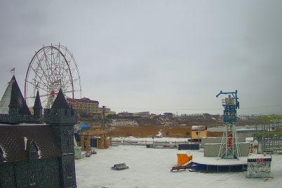 zasnezhennyj-luna-park-v-seti-pokazali-neobychnye-fotosnimki-kurortnoj-kirillovki-foto.jpg