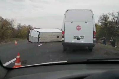 zator-v-obe-storony-pod-zaporozhem-perevernulsya-mikroavtobus-video.jpg