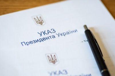 zelenskij-prisvoil-zvanie-zasluzhennyh-dvum-zaporozhskim-medikam-i-slesaryu.jpg