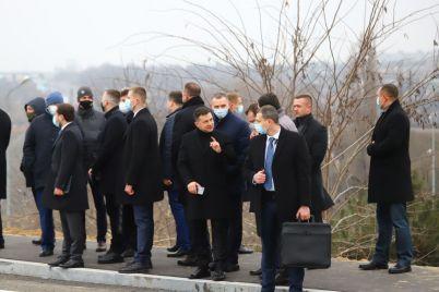 zelenskij-v-zaporozhe-proehal-po-novomu-mostu-fotoreportazh.jpg