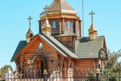 zhitel-zaporozhskoj-oblasti-postroil-potryasayushhuyu-derevyannuyu-czerkov-foto.jpg