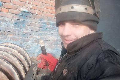 zhitel-zaporozhskoj-oblasti-prevrashhaet-ostatki-metalla-v-czvety-i-avtomobili.jpg