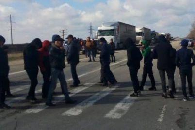 zhiteli-sela-v-zaporozhskoj-oblasti-perekryli-trassu-harkov-simferopol-video.jpg