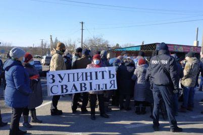 zhiteli-zaporozhskoj-oblasti-perekryli-trassu-foto.jpg