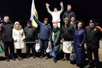 zhiteli-zaporozhskoj-oblasti-vstretili-novyj-god-v-more.jpg