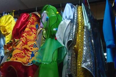 zhitelka-zaporizhzhya-stvorila-veliku-kolekcziyu-karnavalnih-ta-maskaradnih-kostyumiv.jpg